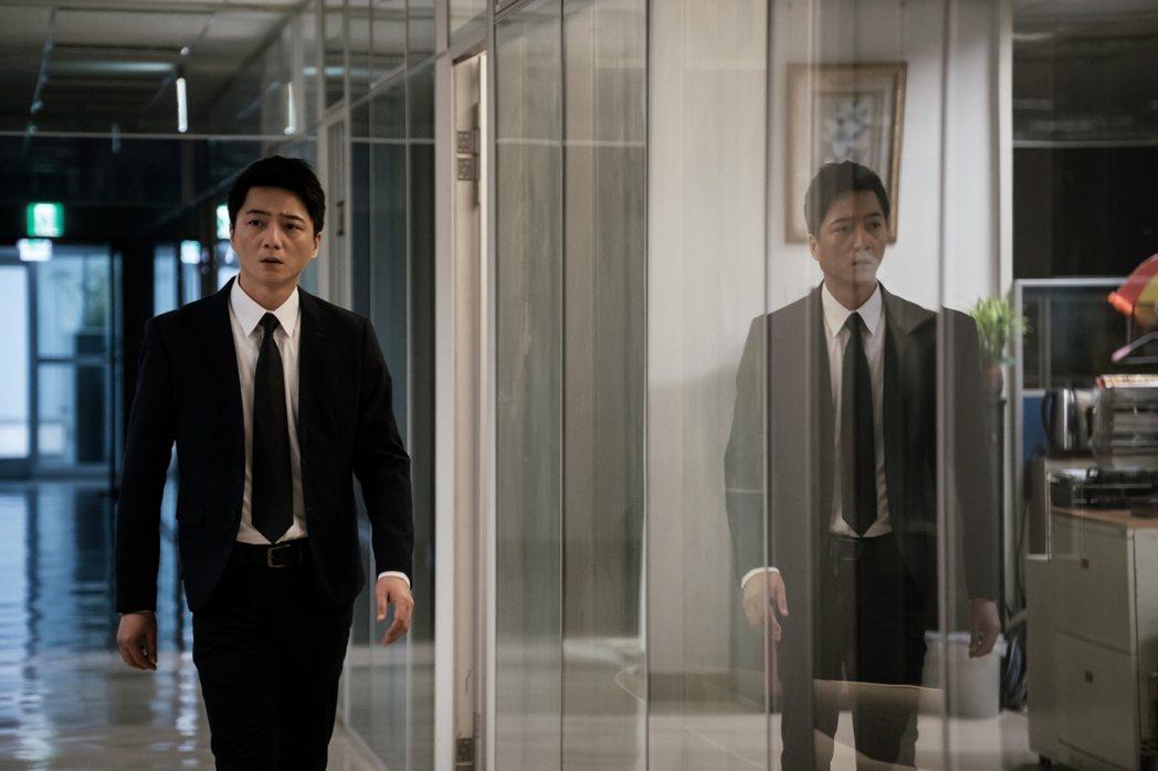 藍葦華在「日蝕遊戲」中飾演愛家、有工作能力的務實好先生。圖/民視提供
