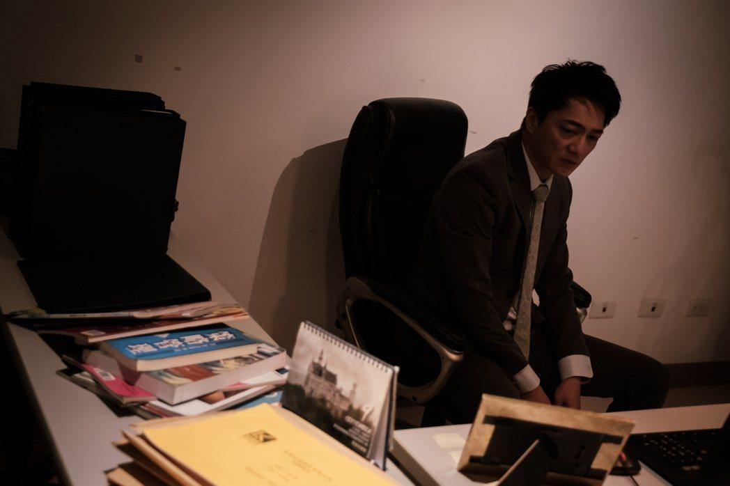 藍葦華在「日蝕遊戲」中對工作有熱情、有能力,卻有志難伸。圖/民視提供