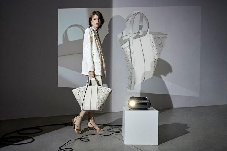 GIANNI CHIARINI Diletta扇形包款運用鐳射鏤空雕花皮革製成。...