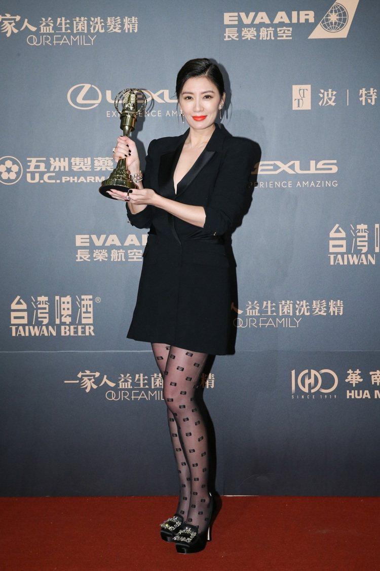 賈靜雯也曾穿上Broche Vivier凡爾賽鑽扣系列的圓頭高跟鞋出席金鐘獎,完...