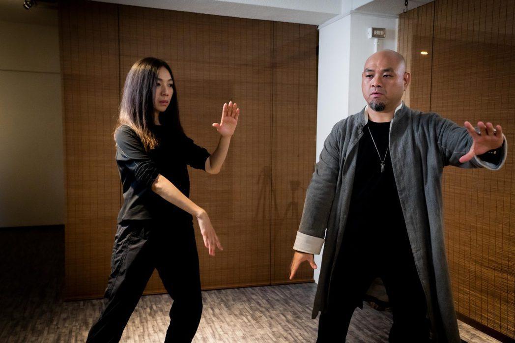 萬芳(左)分享獨特養生之道,學習氣功1年,學習「獅吼功」釋放負面能量。圖/何樂音