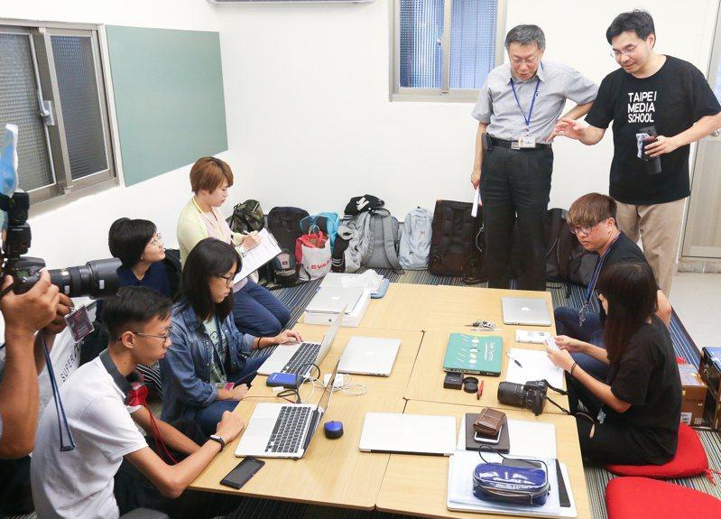 長年推動修法爭取自學生受教權、人稱「自學教父」的陳怡光(右一),預計今年申請籌設國際實驗大學。圖/聯合報系資料照片