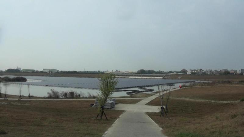 高雄典寶溪D區滯洪池二個月前完成太陽光電系統建置。記者王昭月/攝影