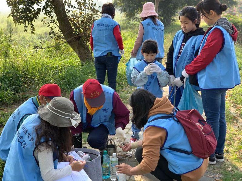 台南市水環境守護志工隊維護水環境,打擊汙染。記者鄭惠仁/翻攝