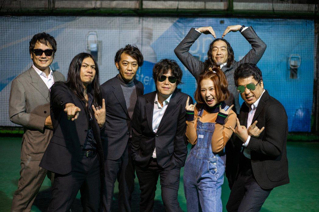 董事長樂團與Lulu黃路梓茵(右2前)去年合作歌曲「好笑神」,將於大港開唱首次現