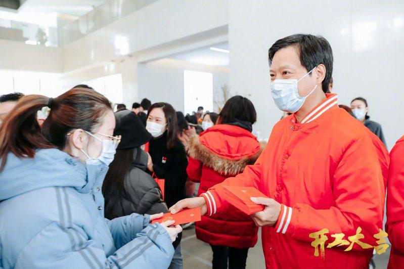 小米公司董事長雷軍今(18)日身穿火紅外套,給員工發開工紅包。小米官網