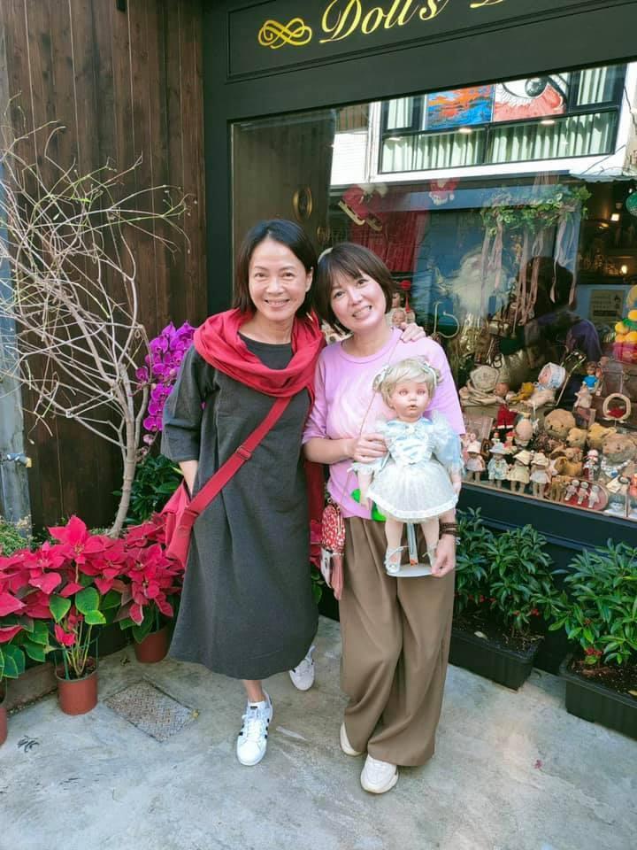 柯淑勤(左)和苗可麗兩位影后在苗可麗的娃娃屋前合影。圖/摘自臉書