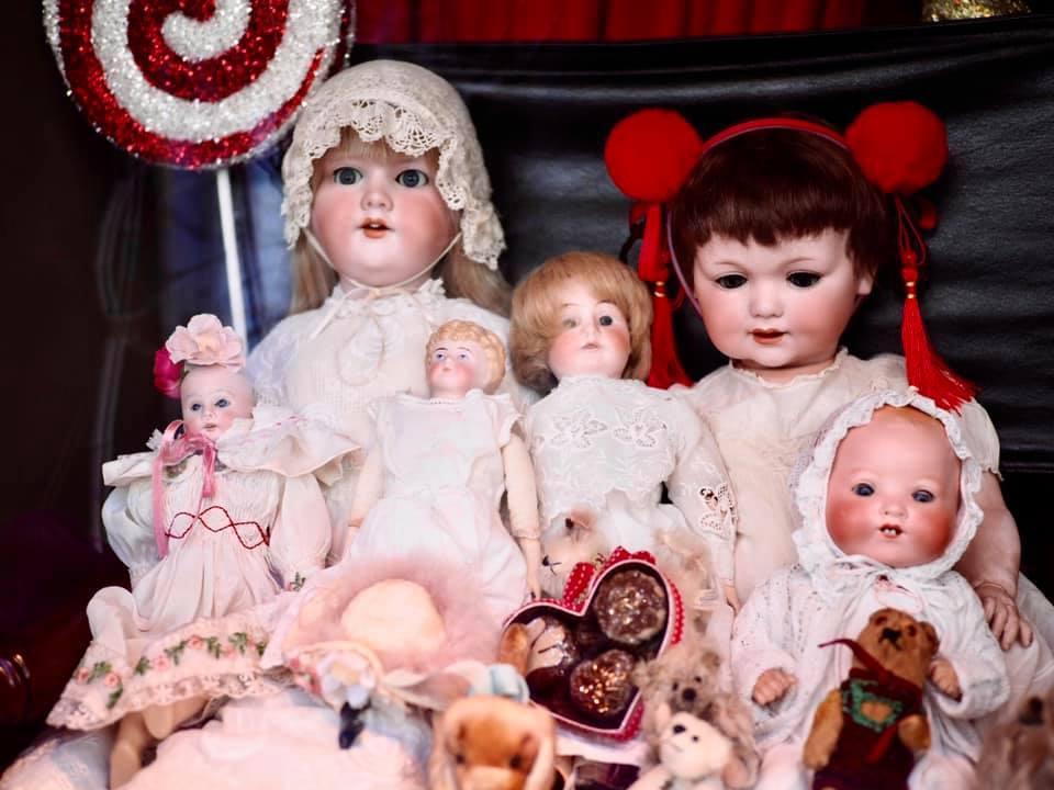苗可麗收藏的娃娃都是從世界各地蒐羅而來。圖/摘自臉書