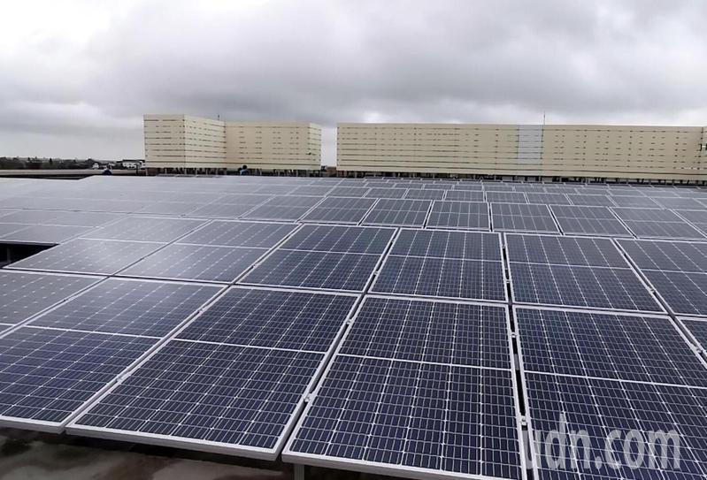 桃園市推動太陽能板光電全年發電3.6億度,北部縣市最高,公有房舍租金收入挹注市庫不小。記者曾增勳/攝影