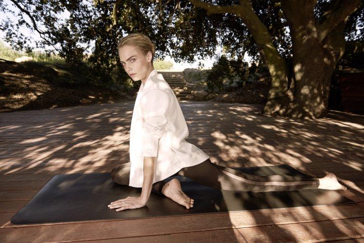 超模Cara Delevingne演繹瑜珈系列合身短版背心1,780元、緊身褲2...