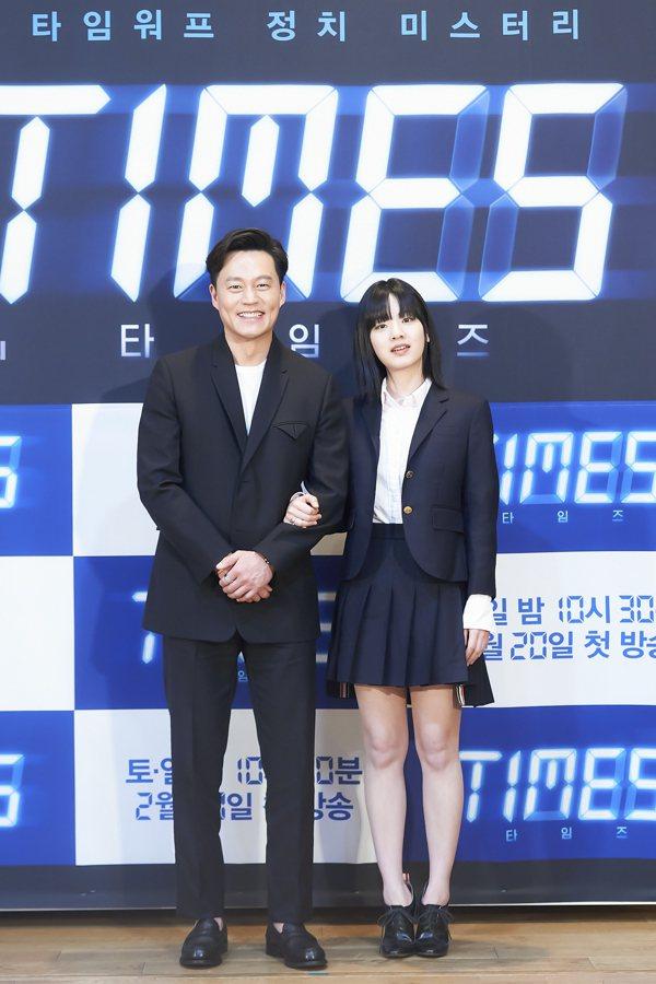 李瑞鎮(左)、李周映(右)合作「聲死一線TIMES」默契十足,戲外卻不斷鬥嘴。圖