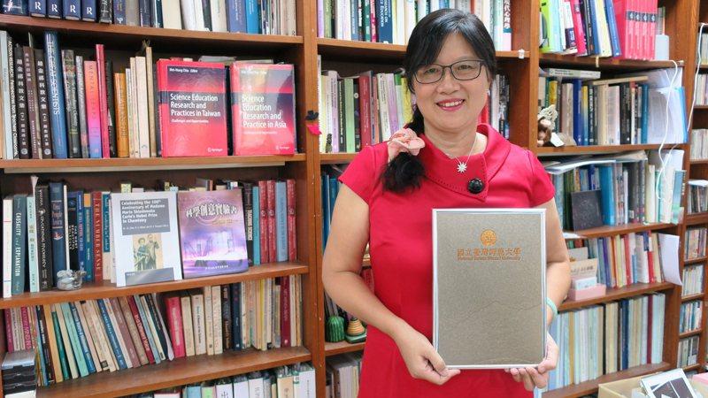 台灣師範大學科學教育研究所特聘教授邱美虹獲國際純化學和應用化學聯合會(IUPAC)頒發「化學與化工傑出女性獎」,是台灣首位獲此殊榮的學者。圖/台師大提供