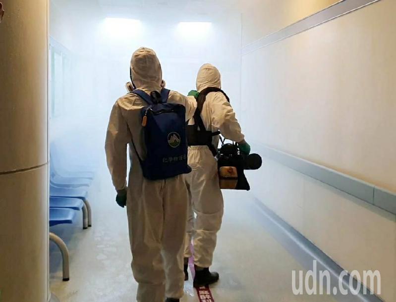 部桃今天門診時段到傍晚5點,陸軍第六軍團33化學兵群在6點多,派出35五名化學兵,分批搭乘電梯前往門急診大樓、醫療大樓各樓層公共區域進行消毒。記者陳夢茹/攝影