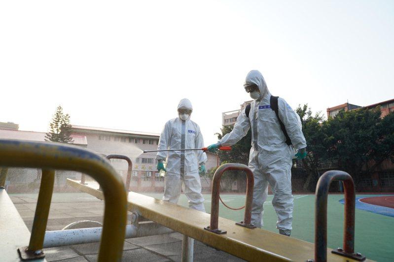 陸軍33化學兵群上午於中壢及平鎮區的36所學校內執行消毒任務。圖/陸軍33化學兵群提供