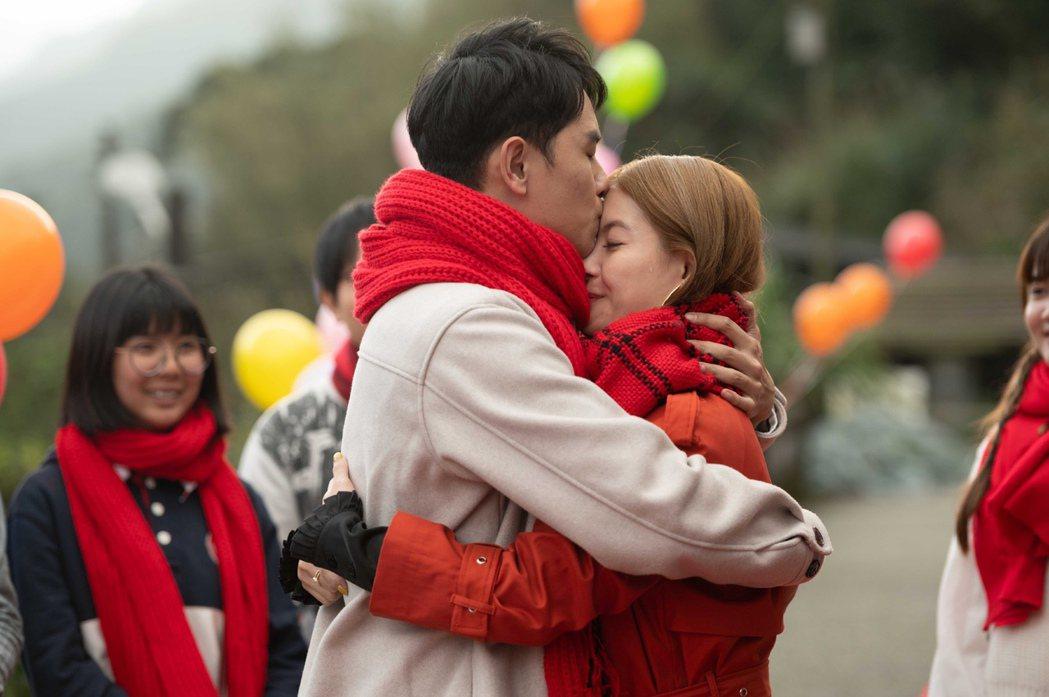 陳謙文(左)求婚成功興奮抱起王樂妍轉圈、親額頭。圖/TVBS提供