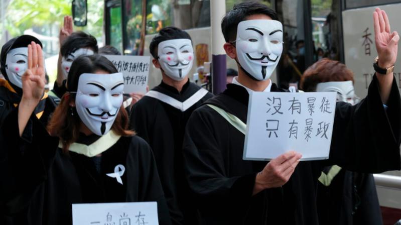 去年十一月十九日,香港中文大學有數百名學生在校內遊行抗議,手持「光復香港   時代革命」標語,沿途高呼各類口號,又在原定舉行畢業禮地點合唱《願榮光歸香港》。(法廣資料照片)
