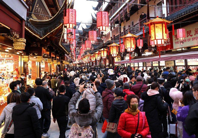 上海市文化和旅遊局17日發布數據顯示,在2021年春節7天假期,上海實現旅遊收入56.65億元人民幣。(新華社)