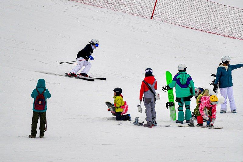 遊客在位於四川省阿壩藏族羌族自治州的太子嶺滑雪場體驗冰雪運動。(新華社)