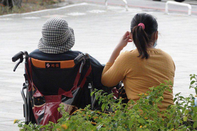 移工短缺,許多家庭為找看護支付高額買工費。記者劉學聖/攝影