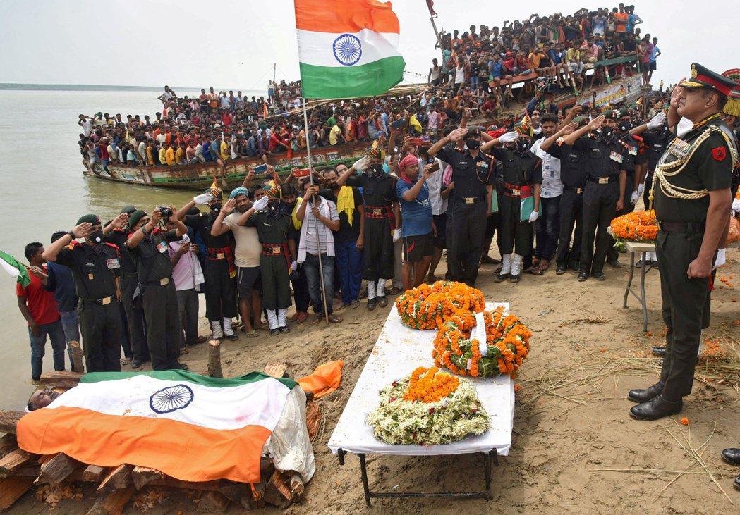 圖為印度向殉職的軍官士兵致意。 圖/路透社