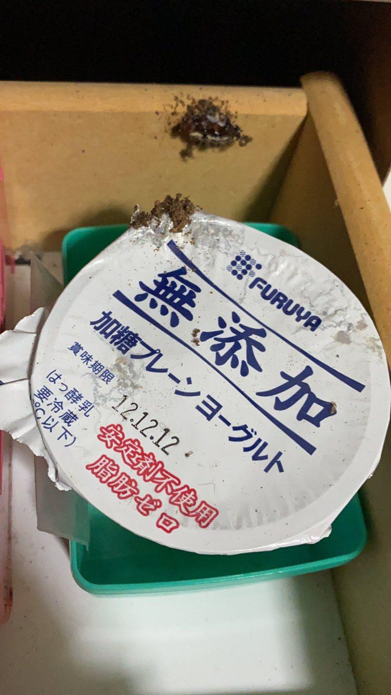 一位日本網友在小學時,收到一個保存期限剛好是「12.12.12」的優格,於是便珍藏了這盒優格8年多,近日才終於把它打開。圖擷取自twitter