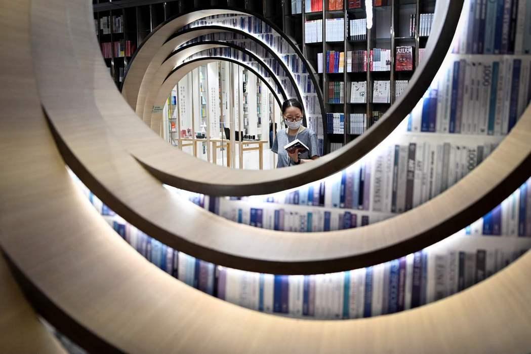 中國出版社購買版權時出價積極,大型出版社為搶買重點大書更不時衝出超高價,對尚未完...