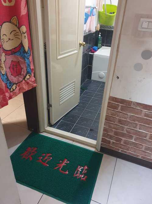 女網友抱怨媽媽在自家廁所放了「歡迎光臨」地墊,讓她覺得怪怪的。 圖片來源/爆怨2公社