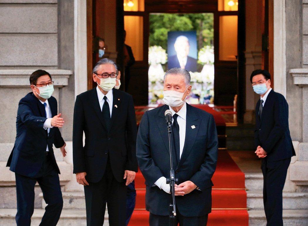 圖為2020年森喜朗親赴台灣弔念李登輝前總統,當時森的一席發言,提及戰前台灣出身...