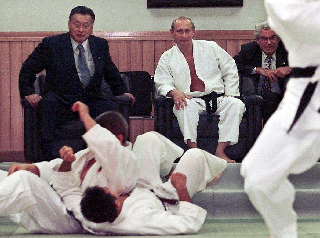 森也相當自豪自己與各國元首,例如時任俄國總統普丁、韓國總統朴槿惠、中國國家副主席...