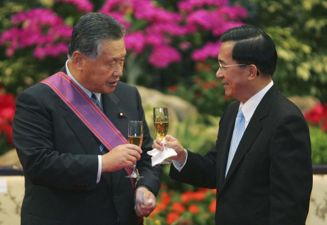 2006年森喜朗訪問台灣,由時任總統陳水扁頒授「特種大綬景星勳章」。 圖/路透社