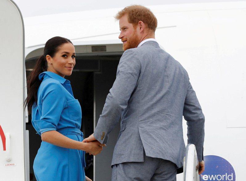 英國每日郵報報導,白金漢宮19日證實,哈利王子和夫人梅根19日向女王伊麗莎白二世確認,不再重返王室擔任相關職務。 路透社