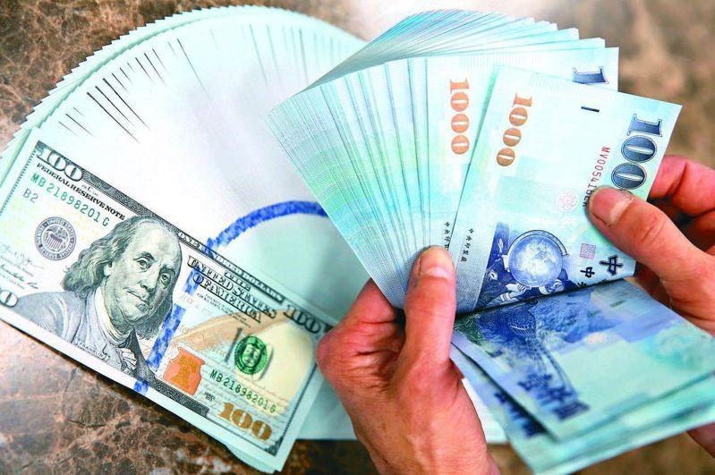 熱錢匯入加上出口商爆發恐慌性拋匯潮,新台幣匯率昨(23)日盤中升破27.9元價位。圖/資料照片