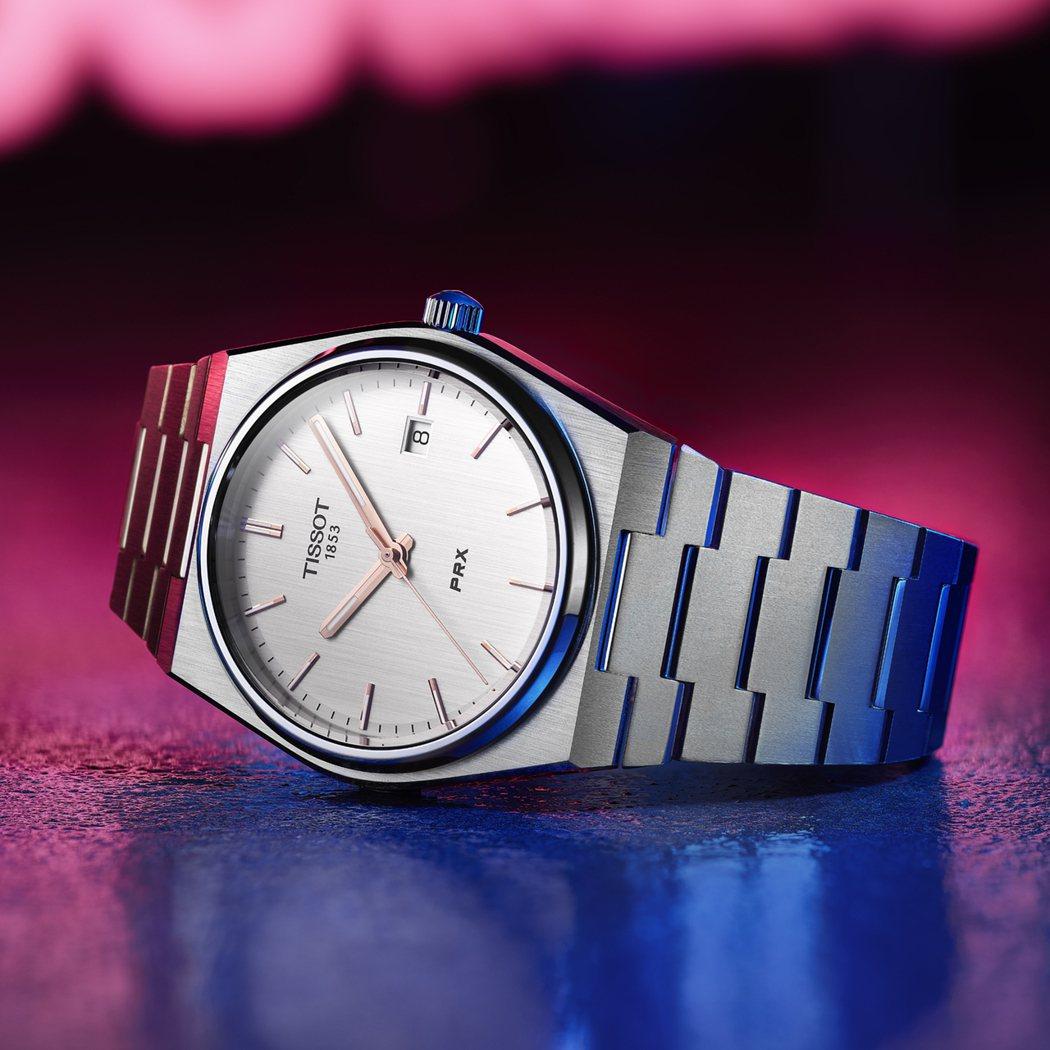 PRX 40 205腕錶的夜光指標緊密層疊,節省空間,錶面因此更貼近錶鏡,實現平...