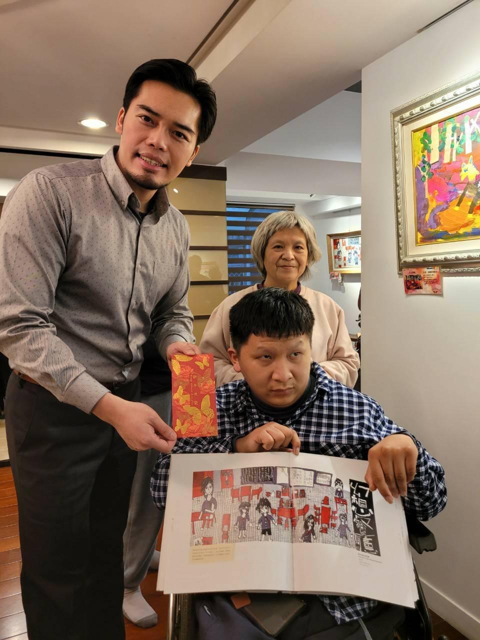 伍仲威買下特教生寶源的畫作,並給予獎學金鼓勵。