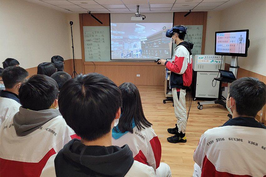 長庚大學讓同學們透過VR一窺人體構造。 長庚大學/提供