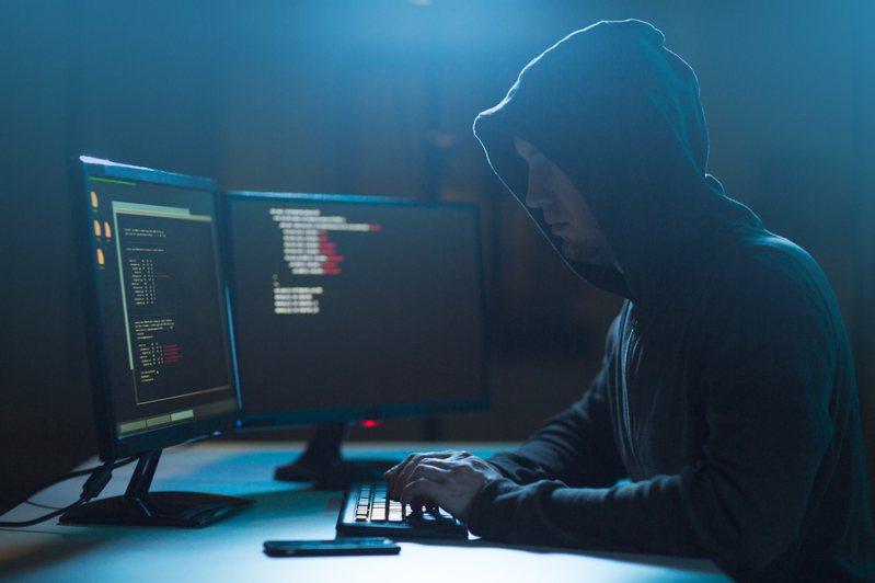 《2021年網路安全報告》指出,手機成為移動式標靶,2020年有46%企業中至少有一名員工於手機中下載了惡意軟體,威脅到企業的網路和資料安全。 示意圖/Ingimage