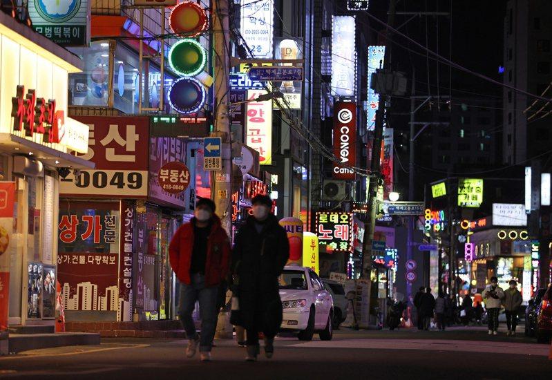 韓國春節連假過後,2019冠狀病毒疾病(COVID-19)確診病例昨天今天各新增621、561例,防疫當局表示,將視未來幾天狀況判斷是否提升社交距離規範等級。 歐新社