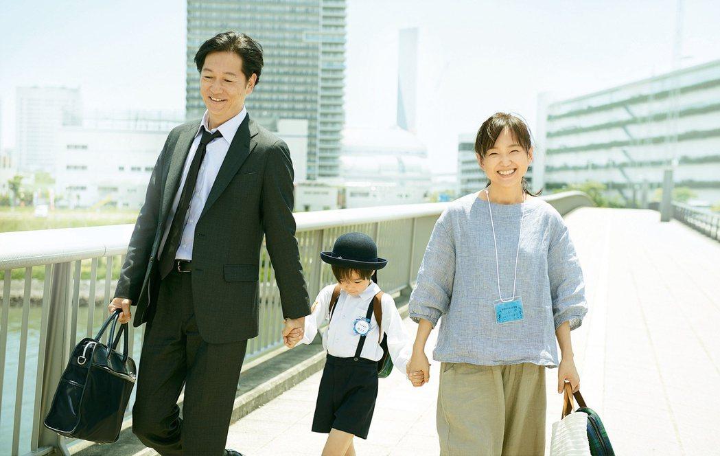 日本導演河瀨直美執導的新片「晨曦將至」,找來演員永作博美(右)、井浦新(左)合作
