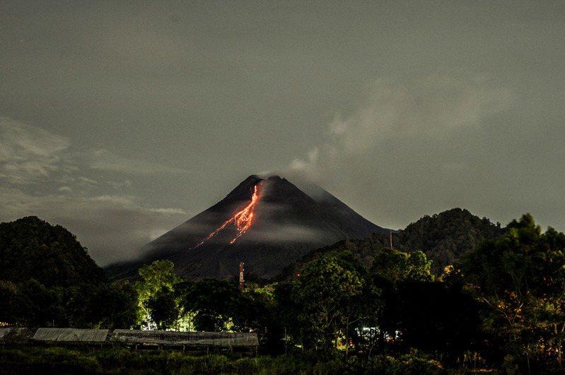 印尼的梅拉比火山(Mount Merapi)今天爆發,劇烈噴出火紅岩漿。這座火山位於爪哇島上的文化重鎮日惹(Yogyakarta)北方,是全球最活躍的火山之一。 新華社
