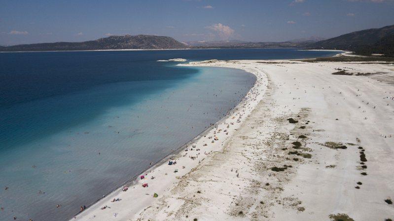 土耳其薩爾達湖是地球上已知唯一有類似火星杰哲羅隕石坑的碳酸鹽和沉積特徵的湖泊。火星探測器毅力號團隊試圖透過研究當地微生物和地質過程,幫助在火星探尋生命證據。圖/歐新社資料照