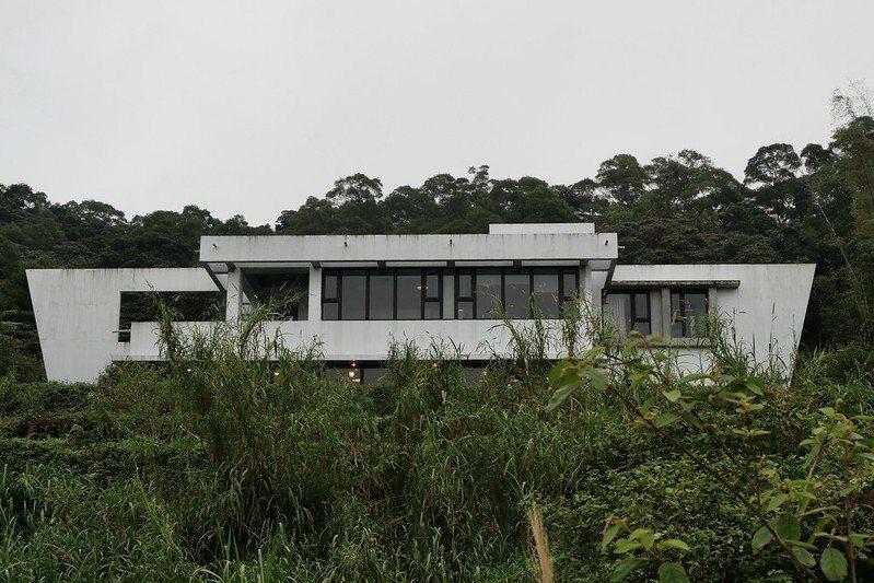 圓山草堂櫻花咖啡館建造於半山腰,白色外觀,造型特殊。