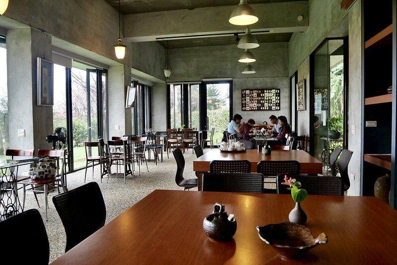 圓山草堂櫻花咖啡館,用餐區的桌子以古早裁縫車支撐,充滿了懷舊氛圍。
