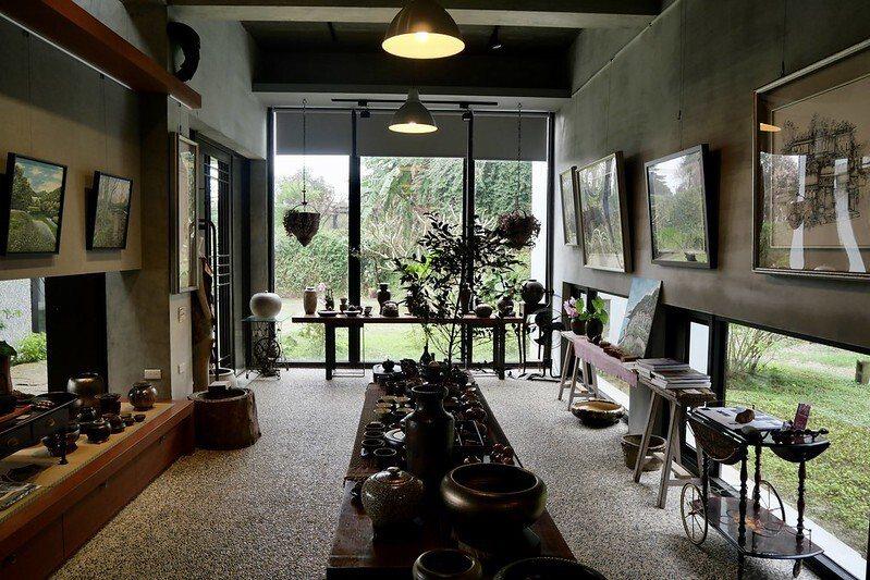 圓山草堂櫻花咖啡館,展示區有相當多的陶藝作品。
