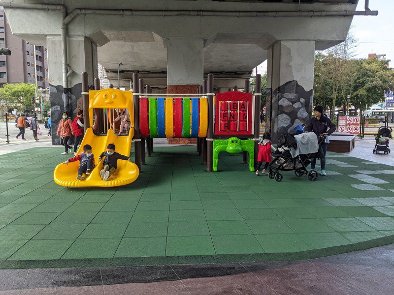 在新北市議員張錦豪爭取下,汐止火車站廣場礦場彩繪公園啟用,遊具及彩繪吸引不少家長帶著小朋友來玩。 圖/觀天下有線電視提供