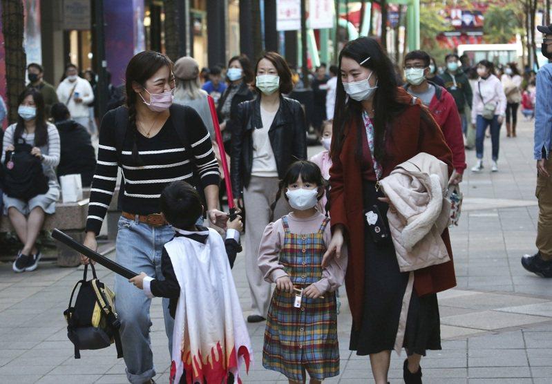 戴口罩已成為全民防疫的基本共識。美聯社