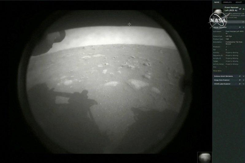 毅力號降落火星後,傳回第一張影像。路透