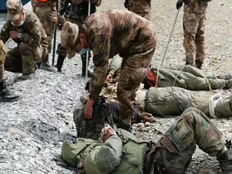 中印去年六月在加勒萬河谷爆發嚴重肢體衝突,圖為被俘受傷的印軍士兵。微博@中國海洋維權