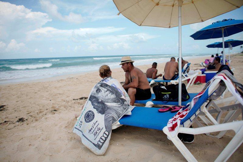 古巴想用疫苗招攬觀光客,到古巴旅遊,不僅能享受陽光與沙灘,還可以打一劑「主權2號」疫苗。圖為哈瓦那郊外的海灘。路透