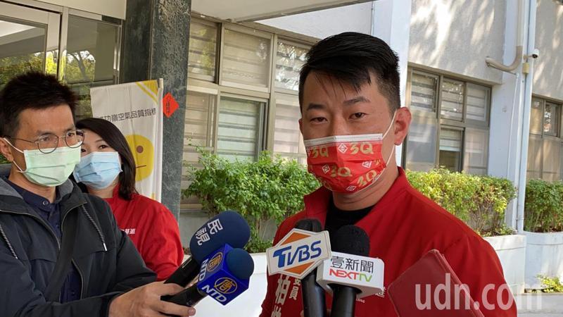 共軍頻頻侵擾我海空域,蔡英文總統指示我國海巡艦艇舷側增加「TAIWAN」,國民黨立委吳斯懷臉書談及,為此立委陳柏惟今天以「台灣對於中國人來講,就像十字架遇到吸血鬼」做比喻,並說只有中國人才會害怕「台灣」這個字,支持國軍,未來我們會把台灣弄得大大的,讓這些吸血鬼無所遁形。記者趙容萱/攝影