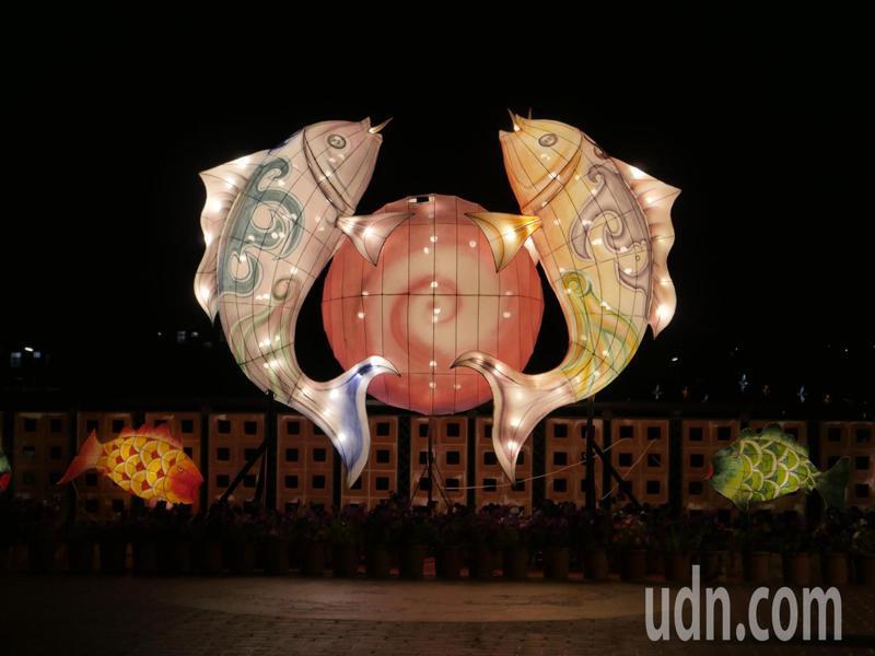 在古寧頭雙鯉濕地舉行,一定要有「雙鯉抱珠」作品,此作品由古寧國小師生完成創作,用傳統花燈展現相輝映。記者蔡家蓁/攝影
